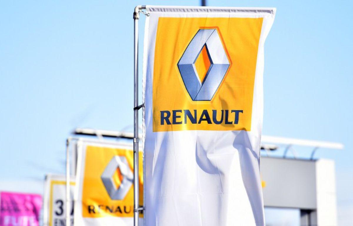 Un drapeau aux couleurs de Renault  – LOIC VENANCE / AFP