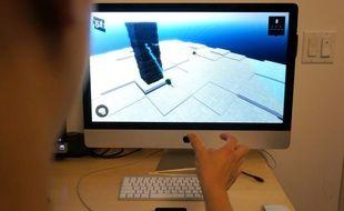 Placé devant l'ordinateur, The Leap crée une bulle virtuelle de 60 cm de diamètre dans laquelle les mouvements de nos 10 doigts sont suivis et interprétés sans aucun temps de latence.