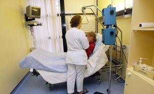 Une infirmière installe une perfusion à une patiente avant une séance de  chimiothérapie, le 17 Janvier 2007 au centre hospitalier Oscar Lambret  de Lille.