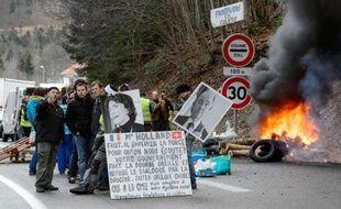 Entre 150 et 200 travailleurs frontaliers, selon la gendarmerie et les organisateurs, ont bloqué vendredi les postes frontières franco-suisses dans le Doubs, pour réclamer le maintien du droit de choisir entre Sécurité sociale ou assurance privée.