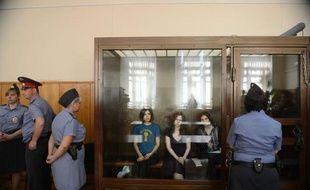 """Le jugement des trois jeunes femmes du groupe de punk russe Pussy Riot qui comparaissent pour une """"prière"""" anti-Poutine dans une cathédrale, sera rendu le 17 août, a annoncé mercredi le tribunal, tandis que l'une des prévenues a dénoncé un """"procès stalinien""""."""