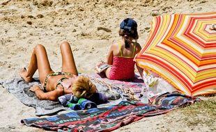 Famille en vacances sur une plage française, en juillet 2014.