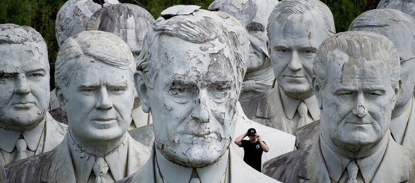 Un visiteur au milieu des 42 bustes de présidents, dans la ferme d'Howard Henkins en Virginie