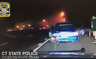 Lors d'un contrôle de police, dans le Connecticut, une voiture percute violemment la voiture des personnes contrôlées. Une vidéo filmée en novembre 2015 depuis le véhicule de police.