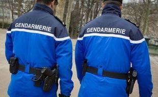 Deux gendarmes en patrouille. (illustration)