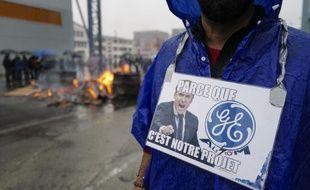 Un homme manifeste contre le plan social de General Electric à Belfort, ce samedi.