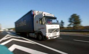 Une majorité de Français se prononce pour l'abrogation ou l'adaptation de l'écotaxe, qui doit entrer en vigueur le 1er janvier prochain et est jugée pénalisante pour les acteurs du transport routier, selon un sondage Tilder-LCI-OpinionWay jeudi.