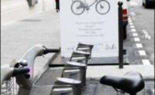 Vélib' c'est parti: la mairie de Paris a lancé mercredi la campagne d'information sur le vélo en libre service qui sera proposé aux Parisiens à partir du 15 juillet, ouvrant les premières bornes de démonstration, une dans chacun des 20 arrondissements de la capitale.