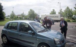 Daniel Monnier, le candidat duFront de gauche dans la 2e circonscription de la Haute-Marne, tracte devant une usine de Saint-Dizier.