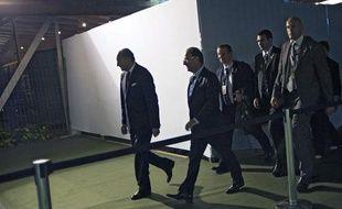François Hollande suivi par ses gardes du corps, le 20 juin 2012, à Rio de Janeiro (Brésil).