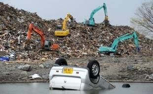 Dix, vingt ans ou même plus d'un siècle de déchets habituels cumulés dans les villes du littoral nord-est du Japon en une seule journée, le 11 mars 2011. Dix mois plus tard, il reste des monceaux à traiter, une tâche rendue plus rude par la radioactivité.