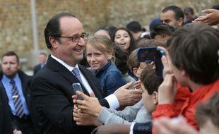 François Hollande au milieu d'enfants le 18 juin 2016 au Mon Valérien à Suresnes