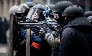 """Des policiers et un LBD lors d'une manifestation de """"gilets jaunes"""" à Paris. (Illustration)"""