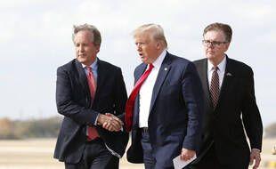 Donald Trump serre la main du ministre de la justice du Texas Ken Paxton le 20 novembre 2019.