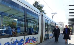 Le SDF menaçait les passagers du tramway avec une arme de poings factice pour se faire remettre des cigarettes. (illustration)