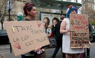 Des manifestantes réclament la baisse des taxes sur les produits d'hygiène féminine, le 11 novembre 2015 à Paris