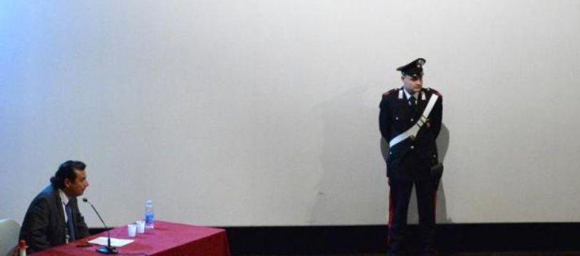Le commandant Francesco Schettino (g) lors d'une audience de son procès, le 2 décembre 2014 à Grosseto, ouest de l'Italie