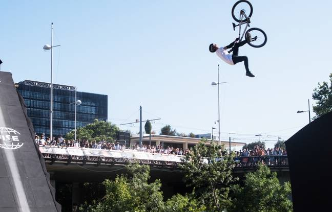 En mountain bike, les compétiteurs s'élançaient du haut du pont Zuccarelli.