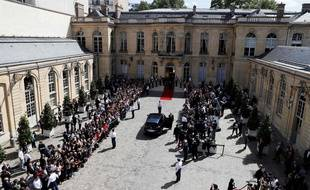 Les journalistes et les collaborateurs du Premier ministre ont longuement patienté dans la cour de Matignon.