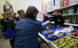 Distribution de nourriture dans un centre d'accueil des Restos du cœur à Pessac (Gironde)