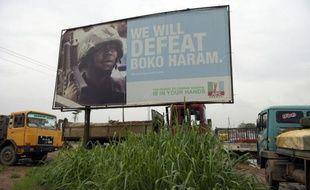 Affiche d'une campagne du parti au pouvoir au Nigeria, le All Progressives Congress (APC), contre le groupe islamiste, Boko Haram, à Ogijo, dans le sud ouest du pays, le 3 juillet
