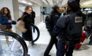 Une policière patrouille à Roissy-Charles-de-Gaulle le 3 décembre 2015