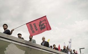 Des manifestants arrivent à la station de métro Bakirkoy à Istanbul ce lundi 1er mai.
