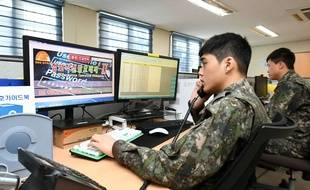 Des techniciens de l'armée de l'air sud-coréenne en alerte contre les hackers à Gangneung, le 22 février 2018.
