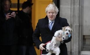 Boris Johnson et son chien Dilyn, le 12 décembre à Londres.