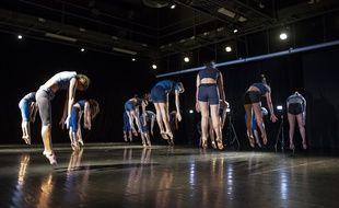 Les élèves suivent des cours de danse classique mais aussi de danse contemporaine