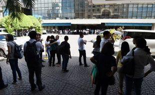 Des salariés devant un immeuble de bureaux dans le quartier financier de Makati de Manille le 8 avril 2017, après un séisme de magnitude 5, 7.