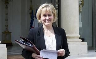 Nadine Morano montre aux journalistes son étiquette dédicacée par Nicolas Sarkoy à la sortie du  dernier conseil des ministres du gouvernement Fillon le 9 mai 2012.