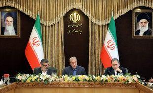 Une conférence de presse réunissait Behrouz Kamalvandi, le porte-parole du gouvernement Ali Rabiei, et le ministre des Affaires étrangères Abbas Araghchi, le 7 juillet 2019 pour déclarer la reprise de la fabrication de l'uranium enrichi.