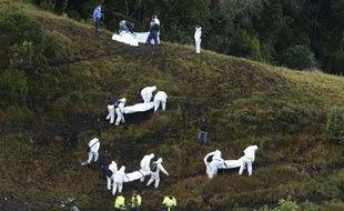 Les secours évacuent les corps sans vie des passagers du vol qui s'est écrasé près de Medellin.