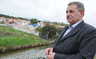 Le maire de La Faute-sur-Mer René Marratier assiste aux premières destructions des zones noires, le 30 mars 2011.