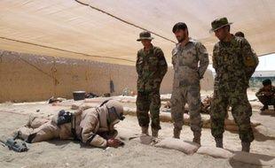 Leurs fusils sont en bois, mais leur entraînement est très sérieux: dans le nord de l'Afghanistan, des soldats afghans apprennent à traquer les talibans et leurs bombes, des gestes pour eux essentiels, l'Otan s'apprêtant à leur confier les clés de leur pays.