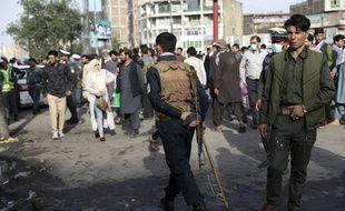 Des agents inspectent un site où a lieu l'explosion d'une bombe meurtrière à Kaboul, en Afghanistan, le mardi 13 juillet 2021.