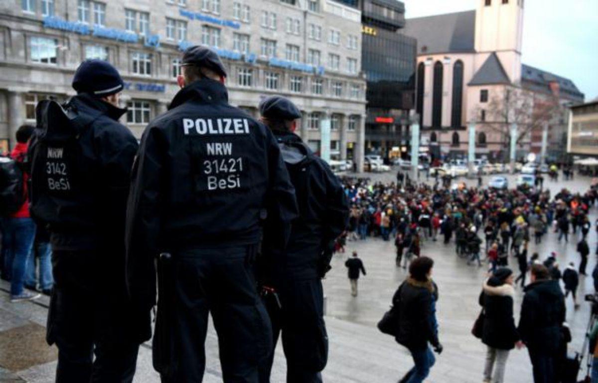 Des policiers près de la gare de Cologne, le 16 janvier 2016 en Allemagne, où des femmes ont été agressées par des hommes en bandes pendant la nuit du Nouvel An. – PATRIK STOLLARZ AFP