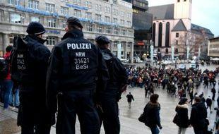 Des policiers près de la gare de Cologne, le 16 janvier 2016 en Allemagne, où des femmes ont été agressées par des hommes en bandes pendant la nuit du Nouvel An.