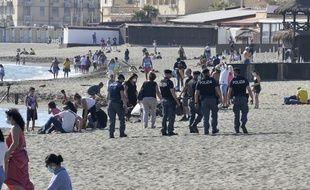 Des policiers italiens patrouillent sur la plage d'Ostie, près de Rome, le 24 mai.