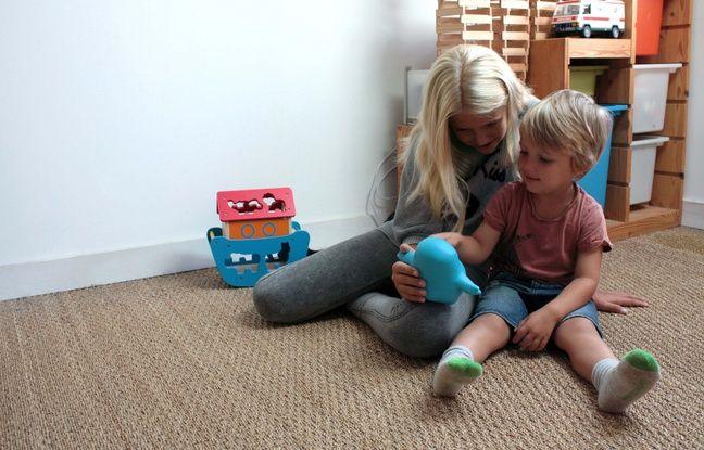 Des enfants jouent avec Meyko, un objet connecté qui sourit quand l'enfant a pris son traitement contre l'asthme et fait un câlin à ce nouveau genre de doudou.