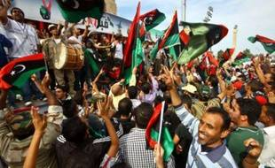 Des Libyens célèbrent la mort de Mouammar Kadhafi à Tripoli, la capitale de la Libye, le 20 ocotbre 2011.