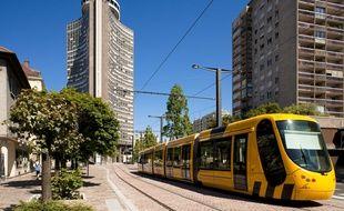 Le tramway de Mulhouse, rue de Metz, avec la Tour de l'Europe en arriere-plan. (Illustration)