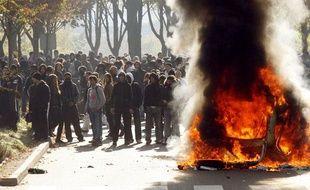 Une voiture brûle lors d'affrontements entre des jeunes et les forces de l'ordre à Nanterre, le 18 octobre 2010.