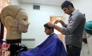 Un Iranien se fait couper les cheveux à Téhéran le 5 juillet 2010.