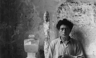 A. Giacometti dans l'atelier.