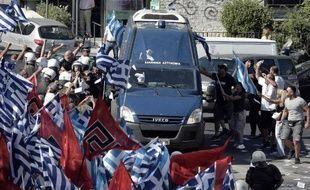 Des militants du parti néonazi grec Aube dorée devant la cour d'appel d'Athènes le 4 juillet 2014
