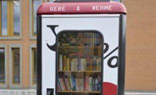 Une cabine téléphonique recyclée en bibliothèque.