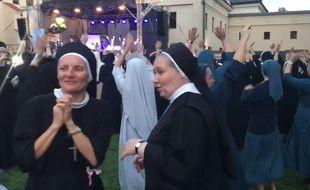 Des soeurs en plein concert religieux.