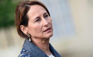 La ministre de l'Écologie, du Développement durable et de l'Énergie, également chargée des transports, Ségolène Royal,à sa sortie du Conseil des ministres  à l'Elysée, le 7 octobre 2015